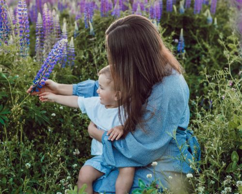 照顧小小孩,該嚴格還是親密?
